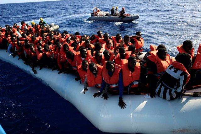 Embarcación con inmigrantes y refugiados en el Mediterráneo
