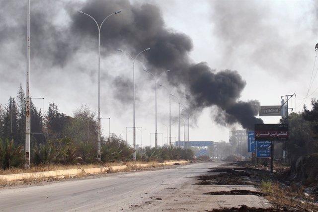 Una columna de humo tras una explosión en Alepo