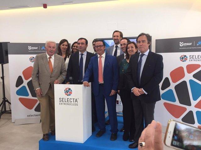 Ricardo Pumar y Francisco Pumar rodeados por miembros del Grupo Insur.