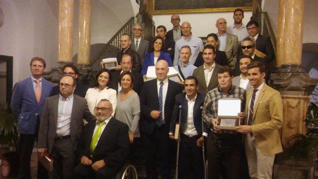 Antonio Ruiz (centro), junto a la alcaldesa, junto a los deportistas reconocidos