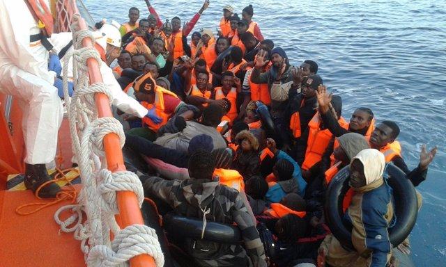 Rescate de una patera en el mar de Alborán por la Salvamar HAMAL