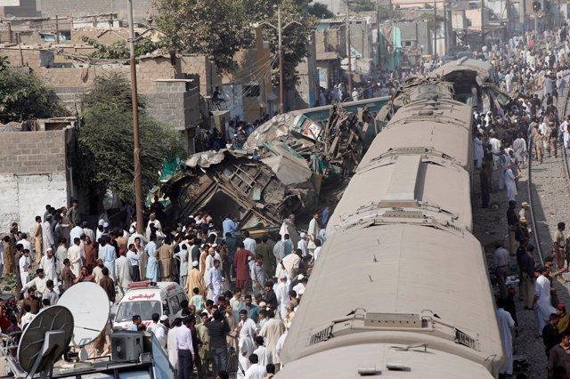 Choque de dos trenes en Karachi (Pakistán)