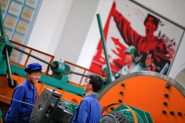 Trabajadores en una fábrica de Corea del Norte