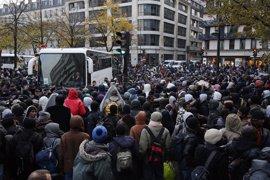 Francia evacúa el campamento de París tras el cierre de la 'Jungla' la semana pasada