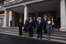 Rajoy posa en foto de familia con sus nuevos ministros en el Palacio de la Moncloa