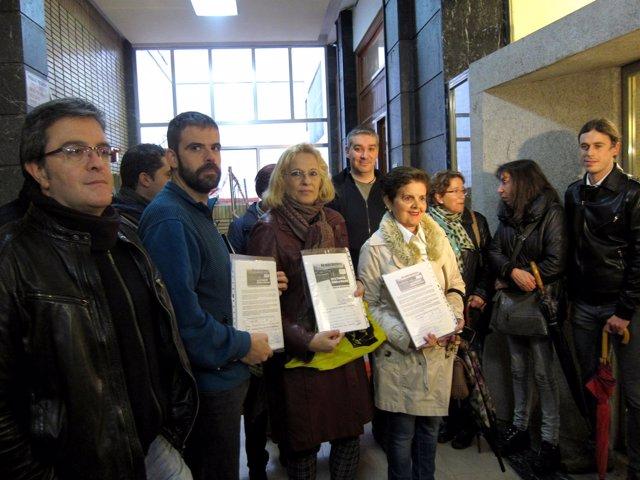 Miembros de la Plataforma, antes de entregar las firmas en Salud