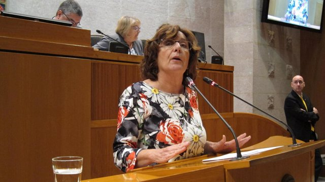 La consejera María Victoria Broto en el pleno de las Cortes