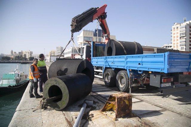 El Puerto de Cádiz invierte en reposición de defensas de los muelles