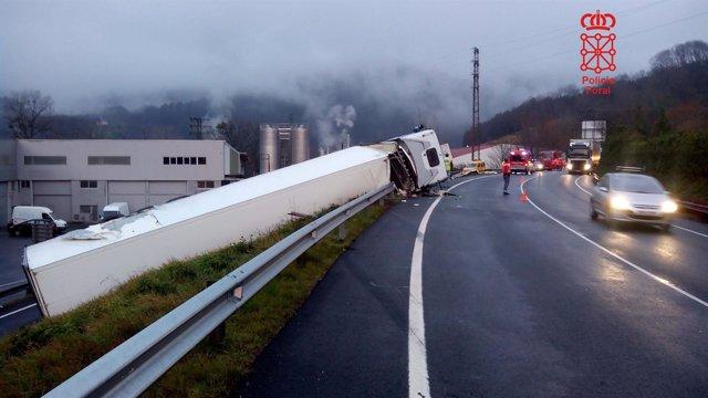 Camión accidentado en la N-121-A.