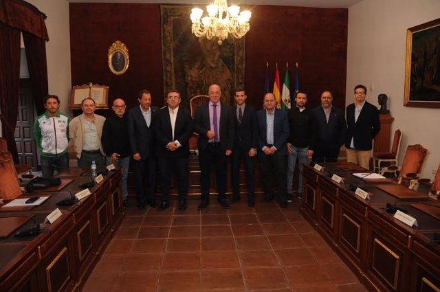 Ruiz (centro), tras la firma de subvenciones en materia deportiva