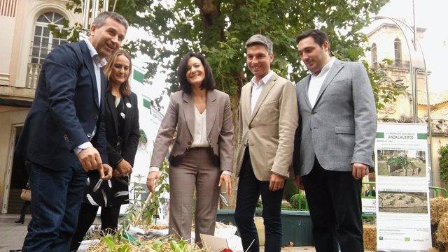 Crespín (centro) y Sánchez (izda.), durante la inauguración del Ecomercado