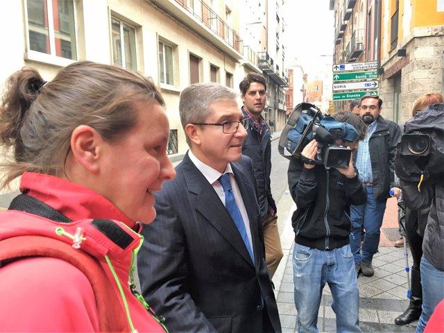 Alicia Sánchez y su asesor a la salida del Juzgado Militar