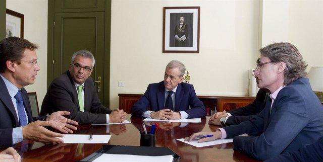 Imagen de la reunión entre Izquierdo e Higueras con el fiscal