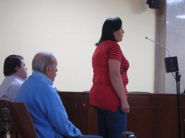 La madre y los otros dos acusados durante el juicio