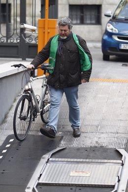 Juan López de Uralde llega en bicicleta al Congreso