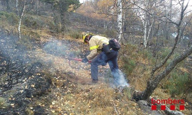 Bomberos trabajando en el incendio de la Guingueta d'Àneu