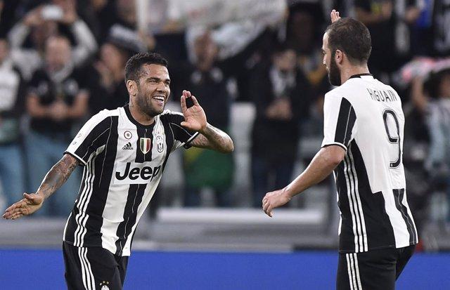 Dani Alves y Gonzalo Higuaín celebran un gol con la Juventus