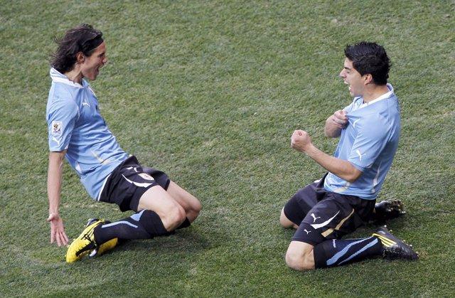 Edinson Cavani y Luis Suárez celebra un gol con Uruguay