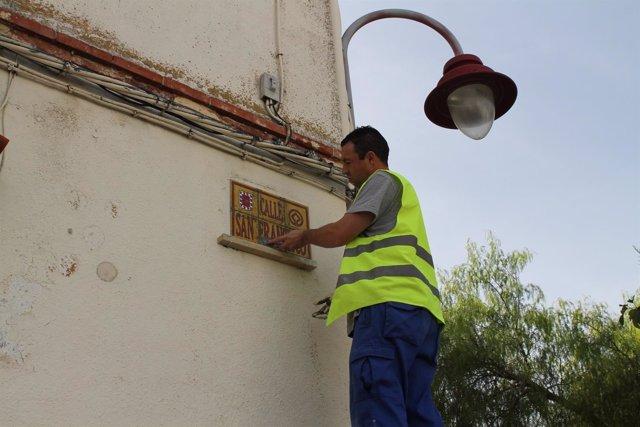 Instalación de las nuevas placas callejeras