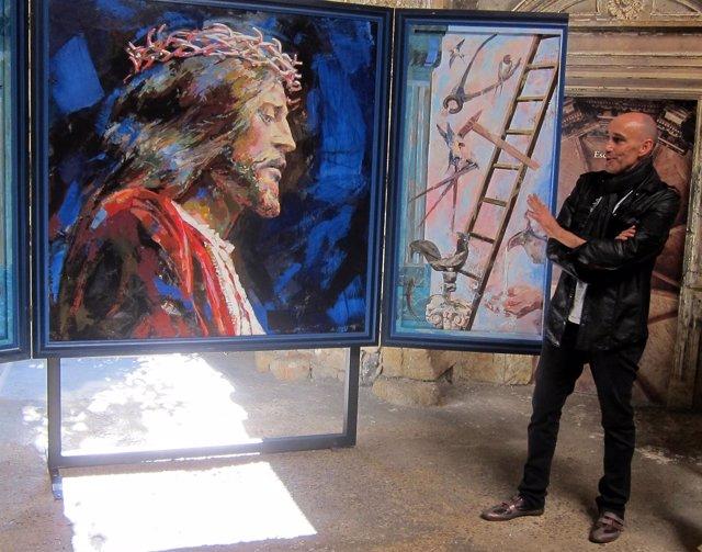 El artista Florencio Maíllo delante de uno de sus retratos.