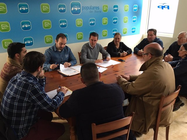 Reunión del diputado del PP David González Medina en Nava sobre educación