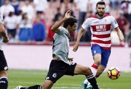 El Granada rescata un punto bajo la lluvia ante el Deportivo