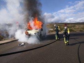 Sofocados en Algeciras un incendio de vehículo y en un cuarto de contadores eléctricos