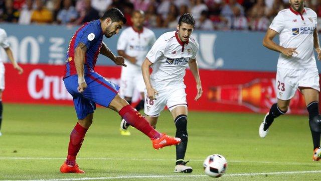 Luis Suárez marca en el Sevilla - Barcelona de la Supercopa