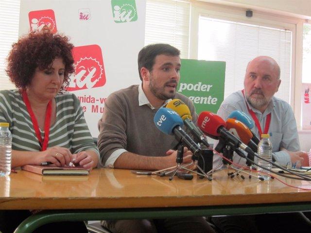 Candi Marín y José Luis Álvarez-Castellanos junto a Alberto Garzón