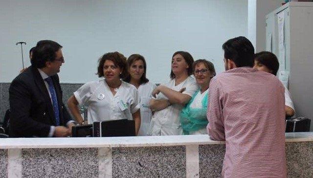 Vergeles con personal sanitario en su última vista al hospital de Zafra