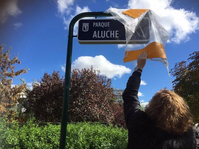 Esther Gómez retira el recubrimiento de la placa 'Parque Aluche'