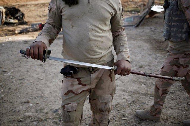 Un soldado iraquí muestra una espada como las usadas para decapitaciones