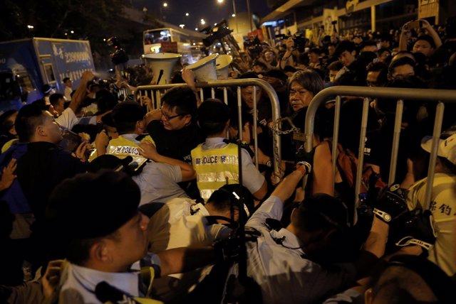 Policía de Hong Kong dispersa con espray pimienta una protesta