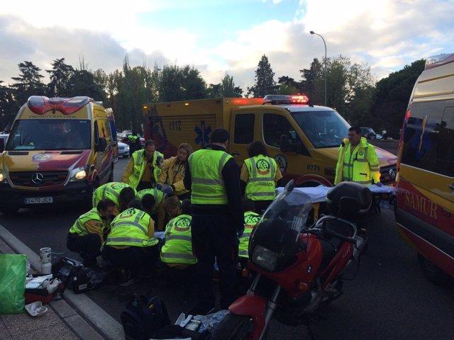 Efectivos del Samur atendiendo al motorista herido