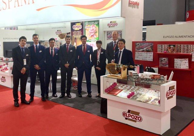 Miembros de la delegación de ElPozo Alimentación en el stand de la compañía