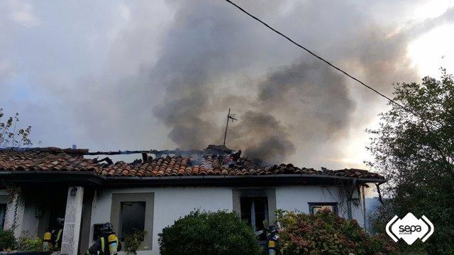 Incendio en una vivienda de Cazanes, Villaviciosa.