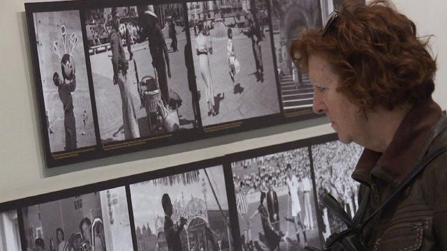 Una espectadora en la exposición 'Tot està per fer'