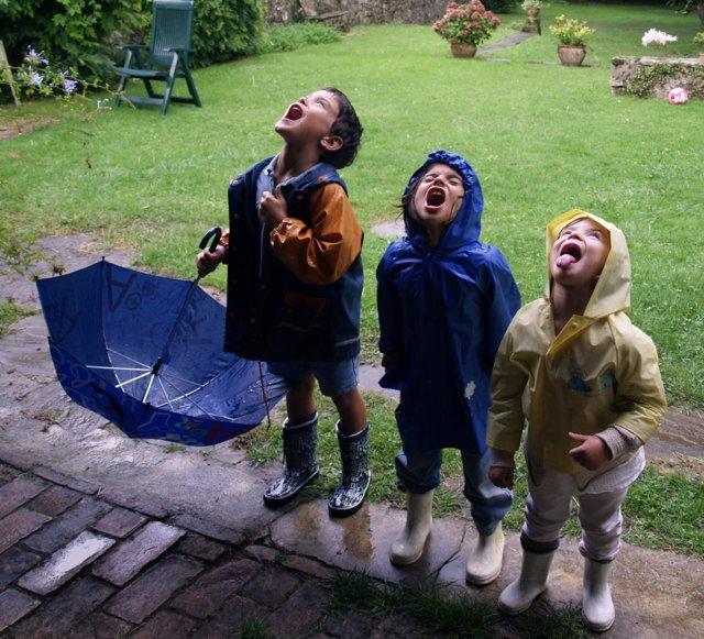 Niños, paraguas, lluvia
