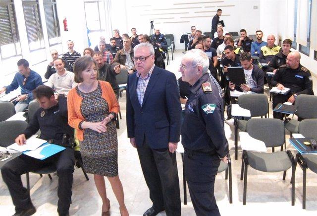 Chacón, Aumente y Serrano con los policías asistentes al curso