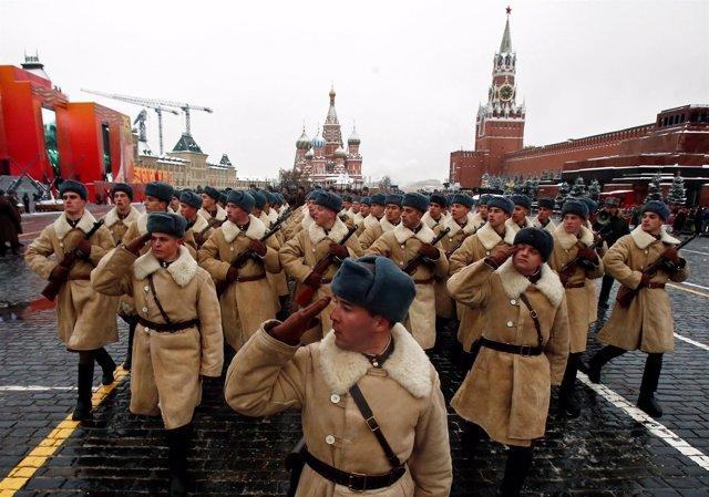 Militares rusos desfilan en conmemoración del desfile de 1941.