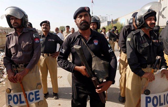 Policías durante una manifestación en Karachi