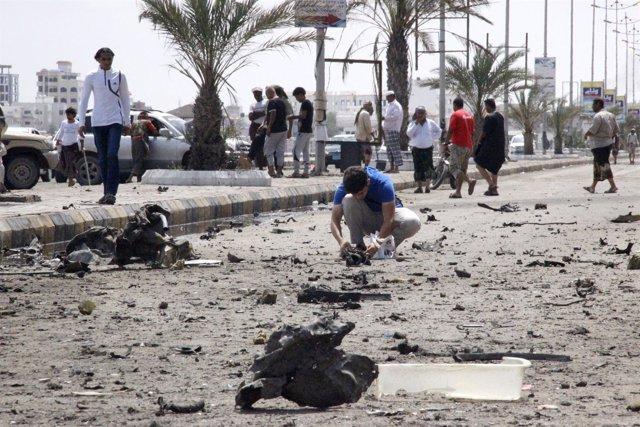 Restos de la explosión de un coche bombaen Adén (Yemen)
