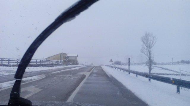 Carretera con nieve en Cantabra