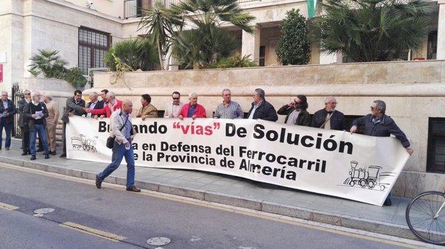 Concentración de la Mesa del Ferrocarril de Almería en Subdelegación