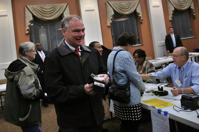 El senador Tim Kaine vota en Richmond (Virginia)