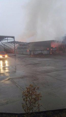 Incendio en Maderas Goiriz, en Vilalba (Lugo)