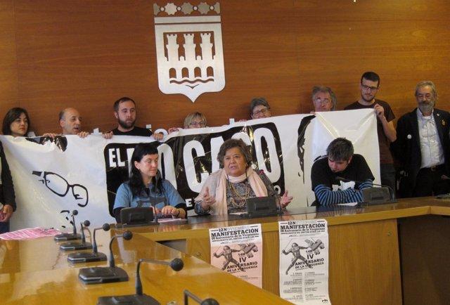 Cristina Almeida, con miembros de Stop Represión