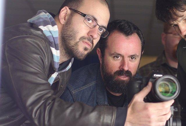 Los dos directores, Caye Casas y Albert Pintó, trabajando en un rodaje
