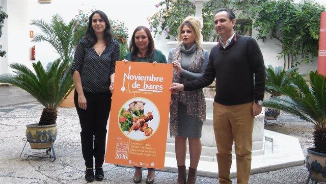 Carrillo (centro), durante la presentación de 'Noviembre de Bares'
