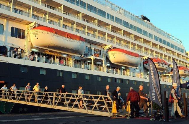 El buque Prinsendam en el puerto de Huelva